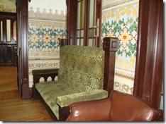 Sofá antigo e painel de azulejos decorativos na parede