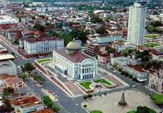 08_1970_Panorâmica do Largo São Sebastião e o Teatro Amazonas azul nos anos 70